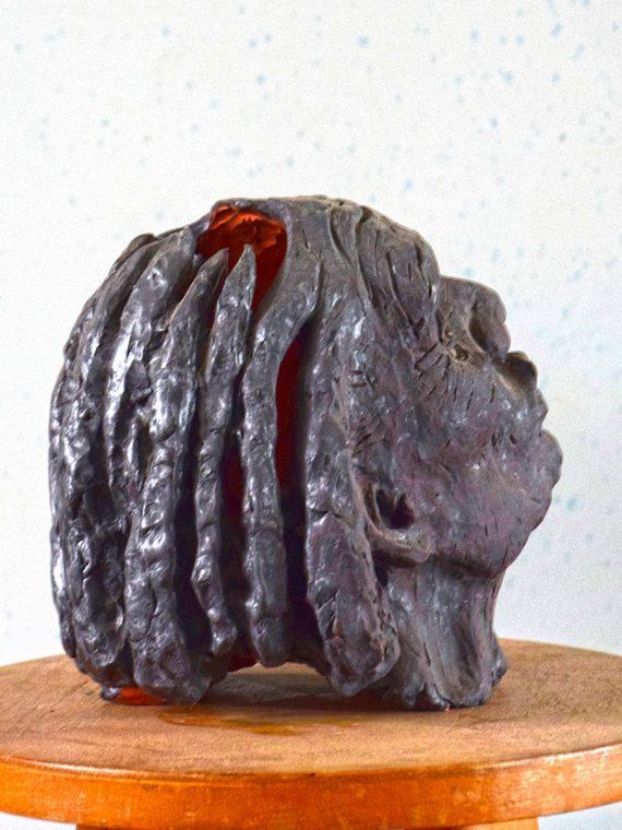 Drobná plastika hlavy ženy sochaře Pavla Cupáka