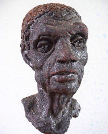 Drobná plastika hlavy od sochaře Pavla Cupáka